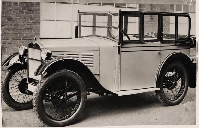 Tourer mit eingesetzten, aufklappbaren Steckscheiben;  umlaufende Doppellinie wie bei der Limousine; nachträglich eingebaute Trittbretter; die Kühlermaske und Stabilisierungsstange waren verchromt.