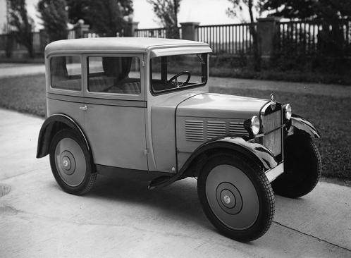 Limousine. 3 – 4-sitzig, Ganzstahlkarosserie mit Gepäckraumansatz, Windschutzscheibe verstellbar, Scheibenwischer und Deckenbeleuchtung. Reserverad am Gepäckraum befestigt.